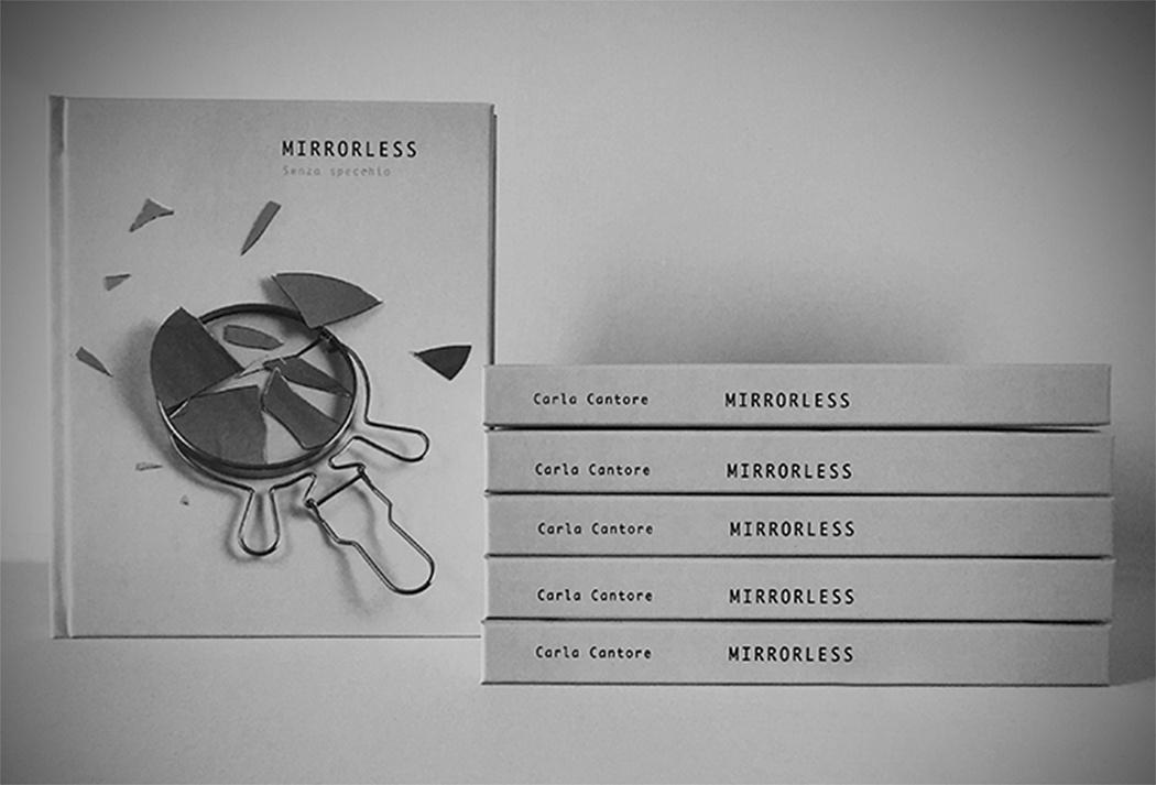 """Libro Mirrorless - senza specchio - Copertina rigida formato 18x22 cm 53 foto a colori per un totale di 136 facciate Stampa in tiratura digitale a colori  Carta patinata Tatami gr. 150 Rilegato filo rete Testi in lingua italiana e inglese Tiratura 125 copie numerate e firmate Costo del libro € 25 + spese di spedizione   COME ACQUISTARE INVIARE UNA RICHIESTA: • Scrivendo una email a:    carlacantore4@gmail.com ove indicare:  – TITOLO LIBRO – NUMERO COPIE da ordinare – NOME, COGNOME, INDIRIZZO dell'ACQUIRENTE – NOME, COGNOME, INDIRIZZO di SPEDIZIONE      del plico, se diverso da quello dell'acquirente. – MODALITA' DI PAGAMENTO:  Bonifico – TIPO DI SPEDIZIONE preferita tra  quelle sotto elencate  Vi risponderemo al più presto, indicandovi le specifiche per proceder con l'ordine.  SPESE SPEDIZIONE Al prezzo di copertina del volume (o al totale dei prezzi di copertina dei volumi ordinati) va sempre aggiunto:  – € 6,00 /  Spedizione """"PIEGO DI LIBRI + RACCOMANDATA""""   (Spedizione  per libri, TRACCIABILE: necessita di 3-5  gg. lavorativi per la  consegna . Eventuali ritardi da parte di Poste Italiane non sono a noi imputabili.).   - Per spedizioni celeri o spedizioni all'estero siete pregati di inviare una  email con le vostre richieste."""
