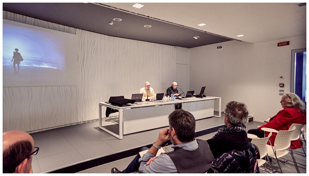 La Fotografia nel momento Post-fotografico - Conferenze organizzate per l'Ordine degli Architetti di Padova - La Fotografia nel momento Post-fotografico - Ciclo di conferenze organizzate per l'Ordine degli Architetti di Padova. 15 marzo 2019. Relazione di Giovanni Cecchinato ed Andrea Sarti.